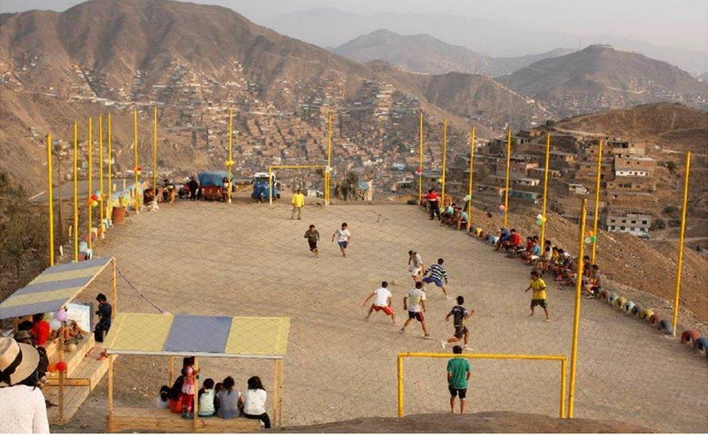 Neighborhood fútbol at Las Brisas Credit: Alumnos Cursos Espacio Público 2 PUCP