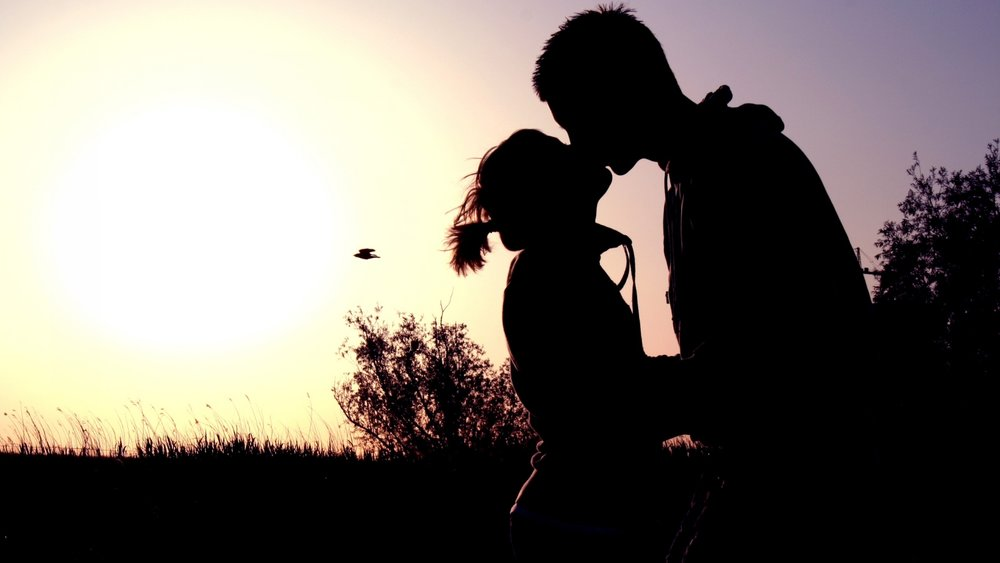 couple-shadow-sunset-kissing-40475752.jpg
