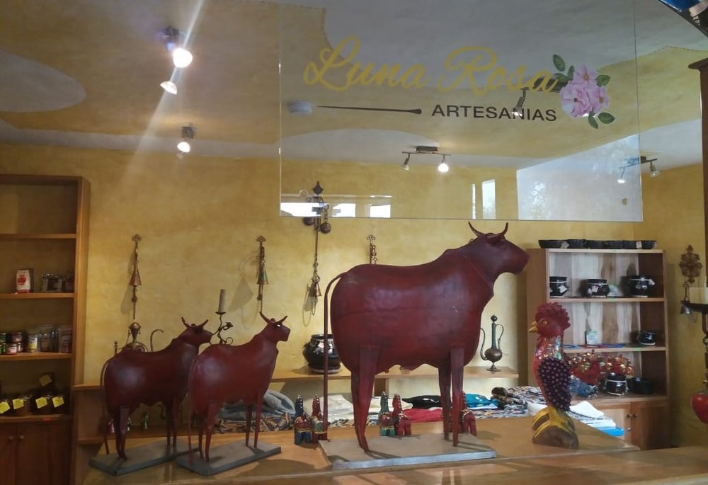 LUNA ROSA HANDICRAFTS - Art in iron, wood. Textiles of Otavalo. Wines, preserves and liquors.Open to the public all year round7 - 20h.From $3 At the lobby