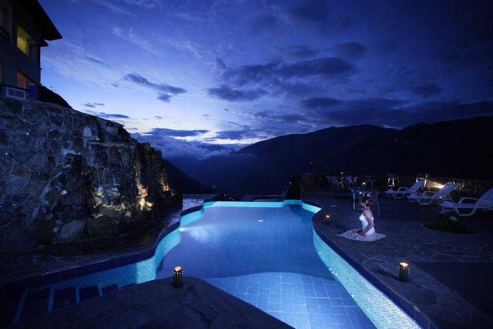 Piscina grande con agua caliente volcánica - Luna Runtun Hotel Baños Ecuador .jpg