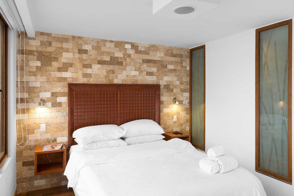 Hab. 2 - Piso 2   - 1 cama de 2 plazas y media (1,55 x 2m) + 1 cama de 1 plaza y media (1,05 x 2m) + TV + baño privado + terrazaSala, comedor y cocina compartidos2 personas: $85 3 personas: $115