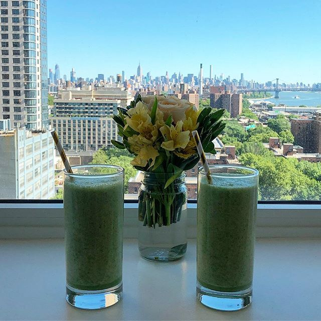Smoothie weather 💚 This one is super hydrating and alkaline with a mix of kale, cucumber, apple, coconut water, lemon, lime, ginger and a scoop of collagen powder.  It's also AIP and good for the gut and immune system. #smoothie #healthyfood #healthylifestyle #healthcoach #autoimmuneprotocol #paleo #vegan #vegetarian #glutenfree #dairyfree #instafood #cleaneating