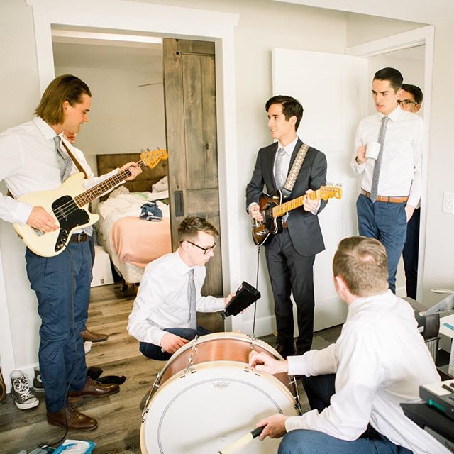 As a coordinator it's always so funny to see how the girls and guys get ready the day of the wedding. The girls are in hair and make up for hours and the guys are either playing golf, video games or just jamming out like these guys. Which would you prefer!? 💄 or 🎸? 📷: @alyssahollowellphotography