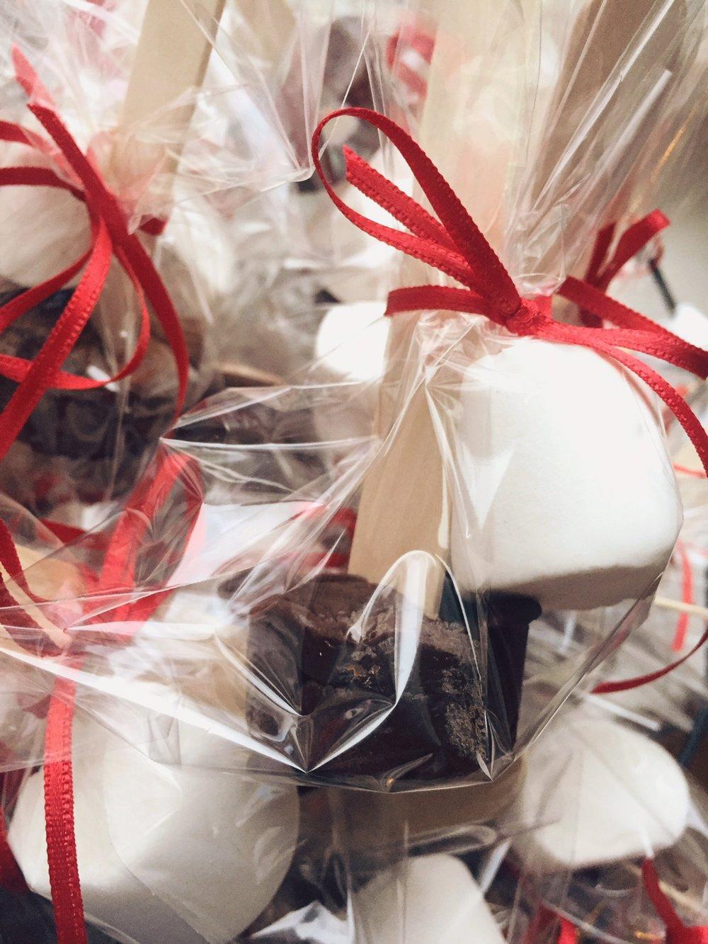 karstā šokolāde uz kociņa - ļoti modīga dāvana un noderēs tiem, kam draugu pulks lielāks par 3 un garšo salds. kociņa galā šokolādes kubiņš, kas, ielikts karstā pienā, izkūst un viss krūzītes saturs apmaisāms ar pāri palikušo kociņu. ļoti gaumīgi.