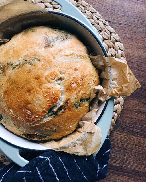 gardā pesto maize - siekalu pilna mute un pesto maize garda no apakšas līdz pat garoziņai. brīdī, kad dārzos saauguši bazilika džungļi, ir īstais laiks gatavot šo.