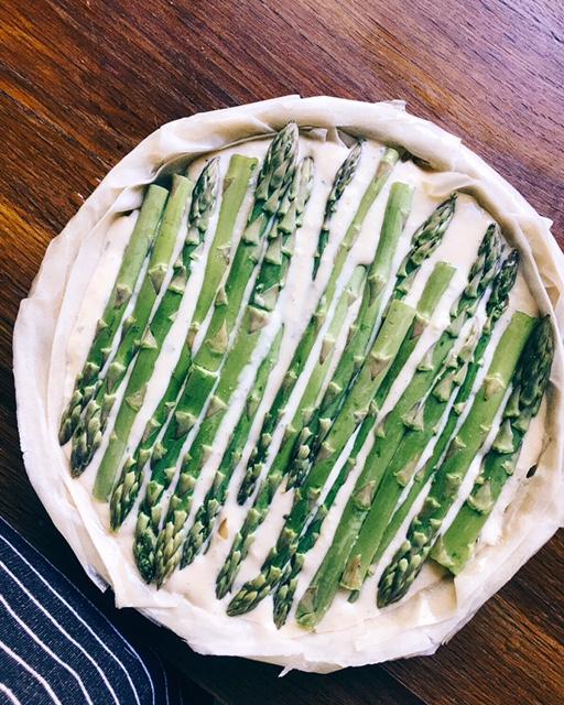 veģetārais sparģeļu un siera pīrāgs - manuprāt, sparģeļi ir pelnījuši kaut ko maigu, bet tajā pašā laikā sierīgu un garšās bagātu, kā arī tos nevajadzētu pārāk ilgi gatavot, lai zaļie skaistuļi nezaudētu savu kraukšķi un svaigumu.
