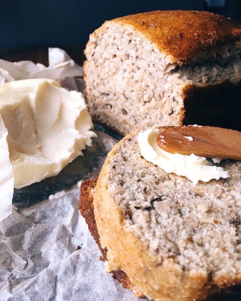 saldskābmaize sirdij un dvēselei - silta maize ar sviestu, manuprāt, izklausās vienlīdz romantiski kā visas Danielas Stīlas romānu anotācijas uz grāmatu aizmugurējiem vākiem.šeit būs recepte sirdij un dvēselei - medaina saldskābmaize, ko ēst būs tīrā laime.