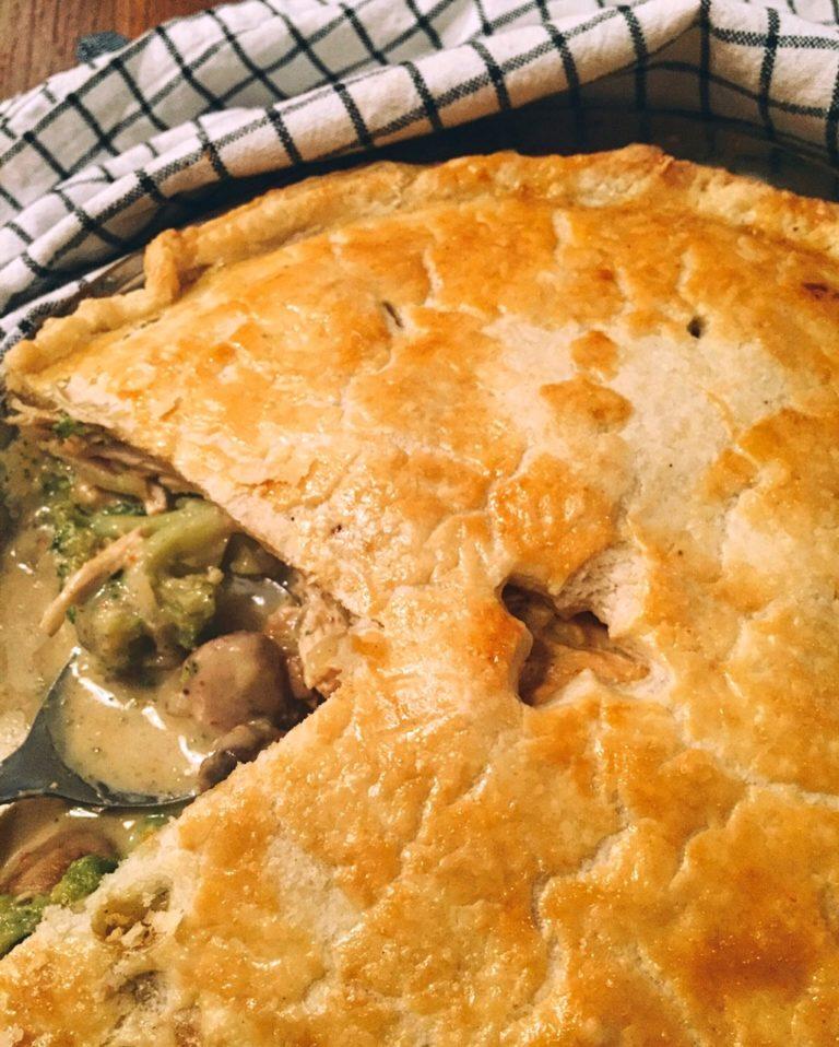 vakariņu sāļais pīrāgs - praktiskā gardēža vakariņas - mīklu sagatavo jau no rīta, dārzeņus un vistu aizņemas no iepriekšējās dienas vakariņām, pārnākot mājās visu sakārto pareizā secībā, liek cepeškrāsnī un bauda karsti kūpošu pīrāgu.