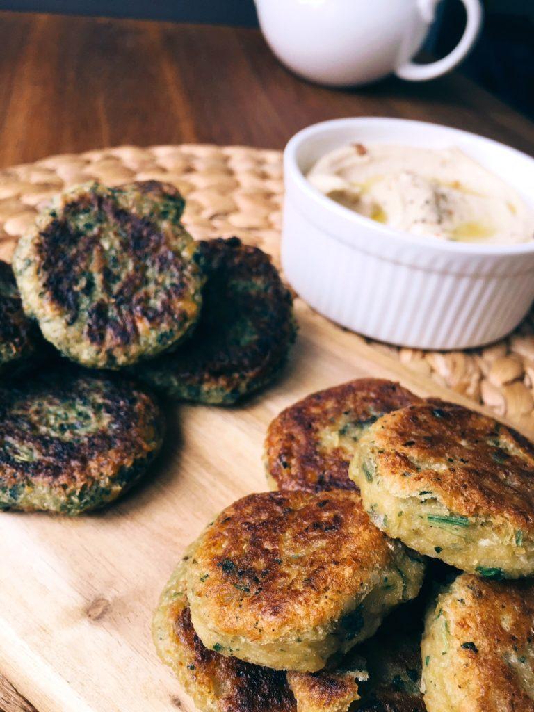 divu veidu falafels - falafels visgaršīgākais ir kraukšķīgs un tikko cepts. to var ēst gan uzzieķējot uz tā humusu, gan likt pitas maizē vai tortillā. gaidot pavasari, šoreiz ēdienkartē gan falafels 'parastais', gan falafels 'spridzīgi zaļais'.