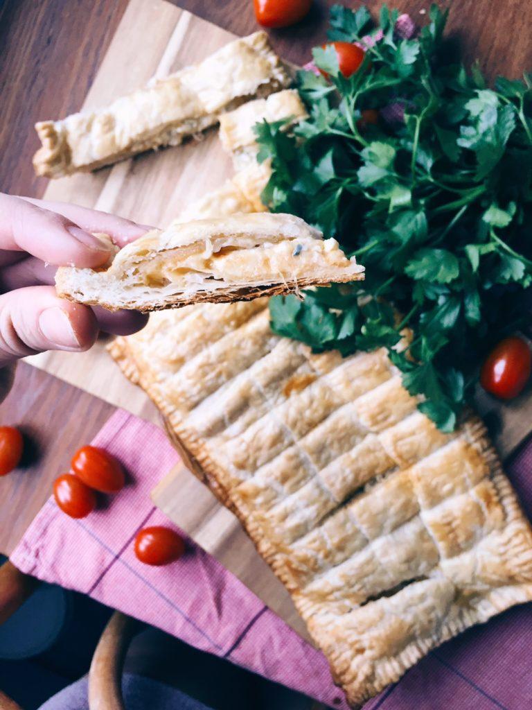 ātrā siera uzkoda - jau labu laiku gribēju pamēģināt šo recepti - siers un kārtainā mīkla, mazliet improvizācijas un ļoti ērti pasniedzama uzkoda gatava.