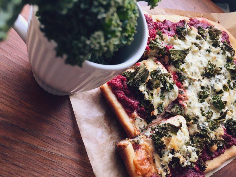 veģetārā biešu pica - visiem tiem, kuriem kārtīga pica nav iedomājama bez bekona un kečupa, nemetiet plinti krūmos ar visu veģetāro, pirms neesat pagaršojuši šo! beeez jokiem!