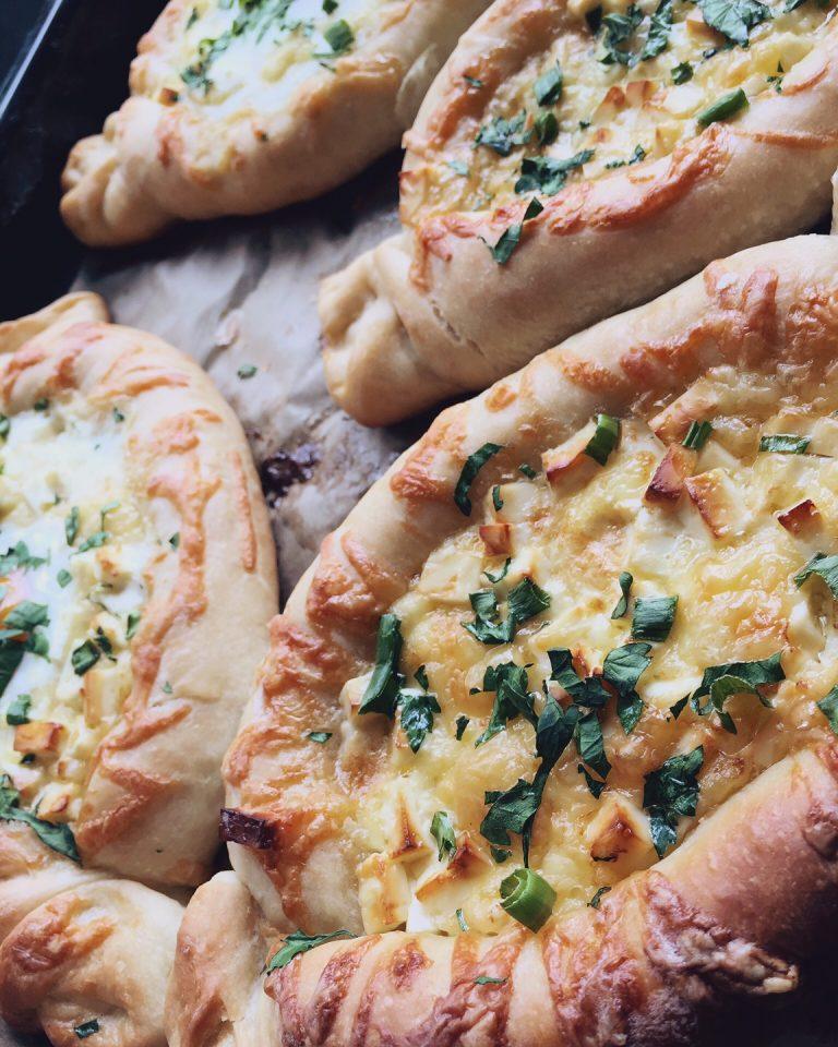 hačapuri - viena no variācijām par gruzīnu tradicionālo hačapuri. to iespējams pagatavot gan ar olu maizītes viducī, gan bez. kūstošs siers un svaigi cepta maize - parādiet man kādu, kurš no šīs kombinācijas varētu atteikties!