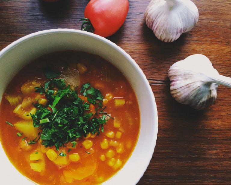 vienkāršā tomātu un visu rudens dārzeņu zupa - vēl viena ļoti ātra zupas versija visiem, kuriem ar zupām 'ir pa ceļam'. šeit sagaršojama gan selerija, gan tomāti, kabači, burkāni, gan īsts rudens tā vislabākajā un siltākajā nozīmē.