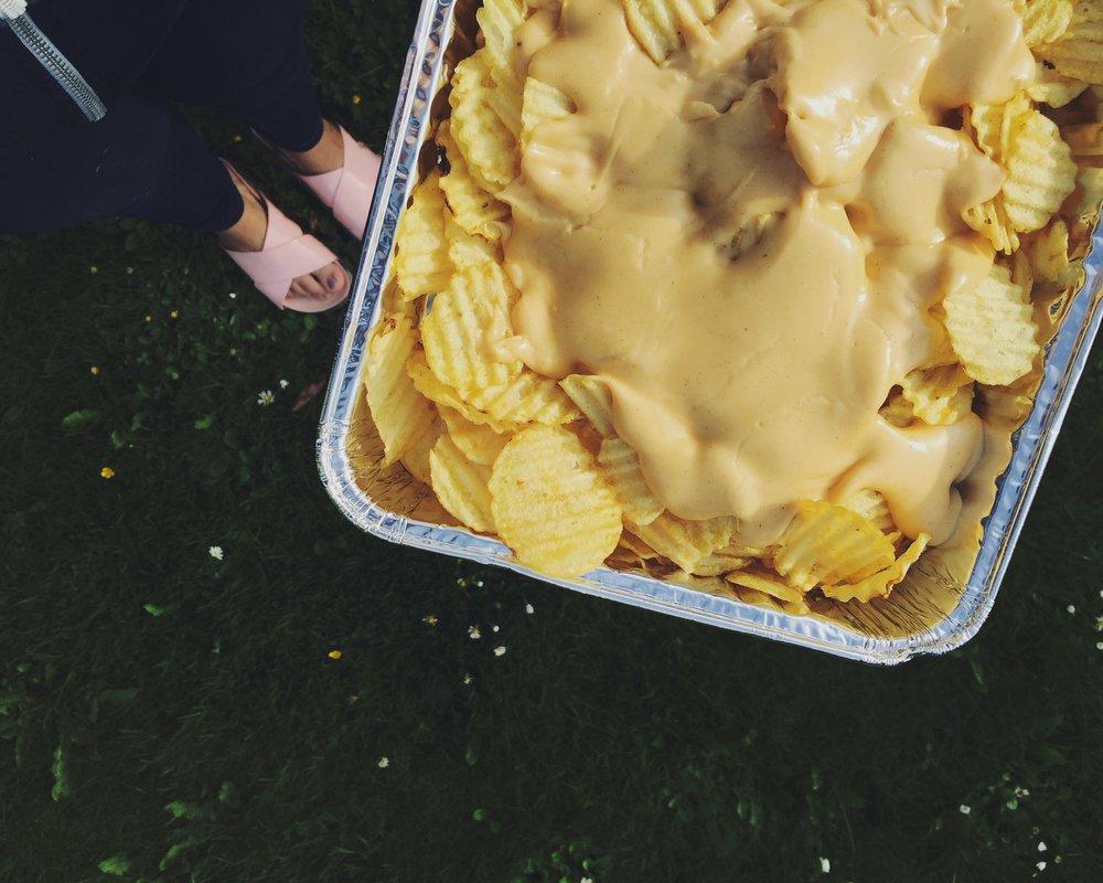 siltā siera mērce čipsiem un dārzeņiem - visīstākais uzkodu 'must have' - siltā siera mērce. šis variants taisīts ar visparastāko