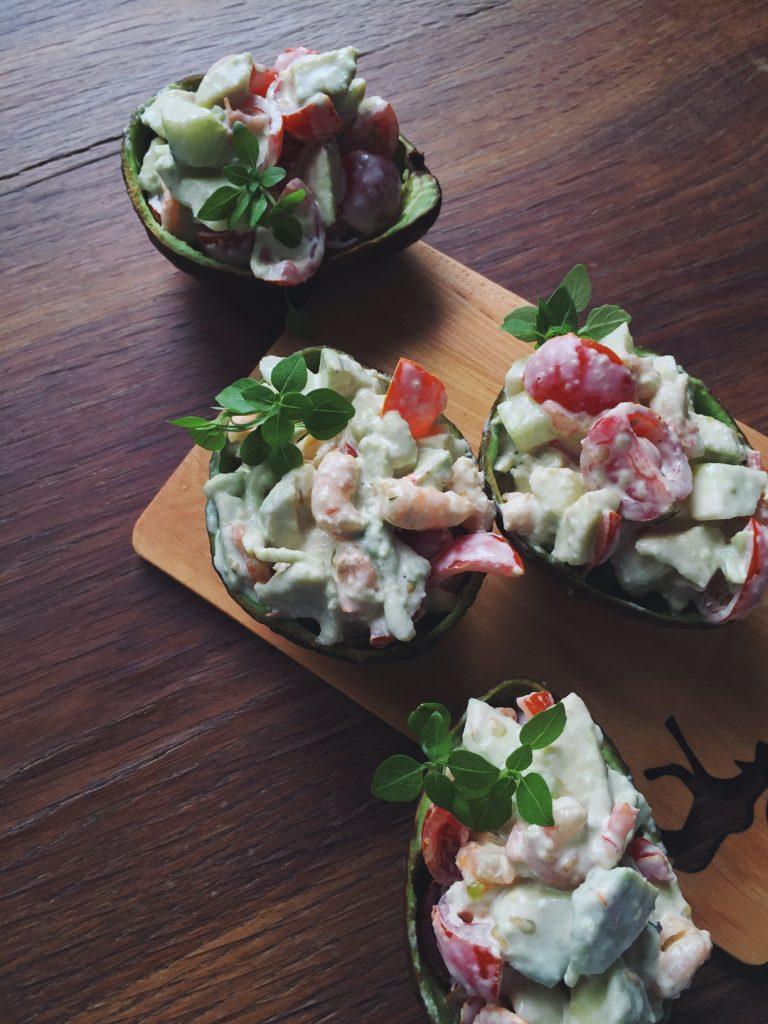 garneļu-avokado laiviņas - siltiem vasaras vakariem, viesību uzkodām, ātram našķim noderēs šie avokado-garneļu salāti glīti pildīti avokado laiviņās.