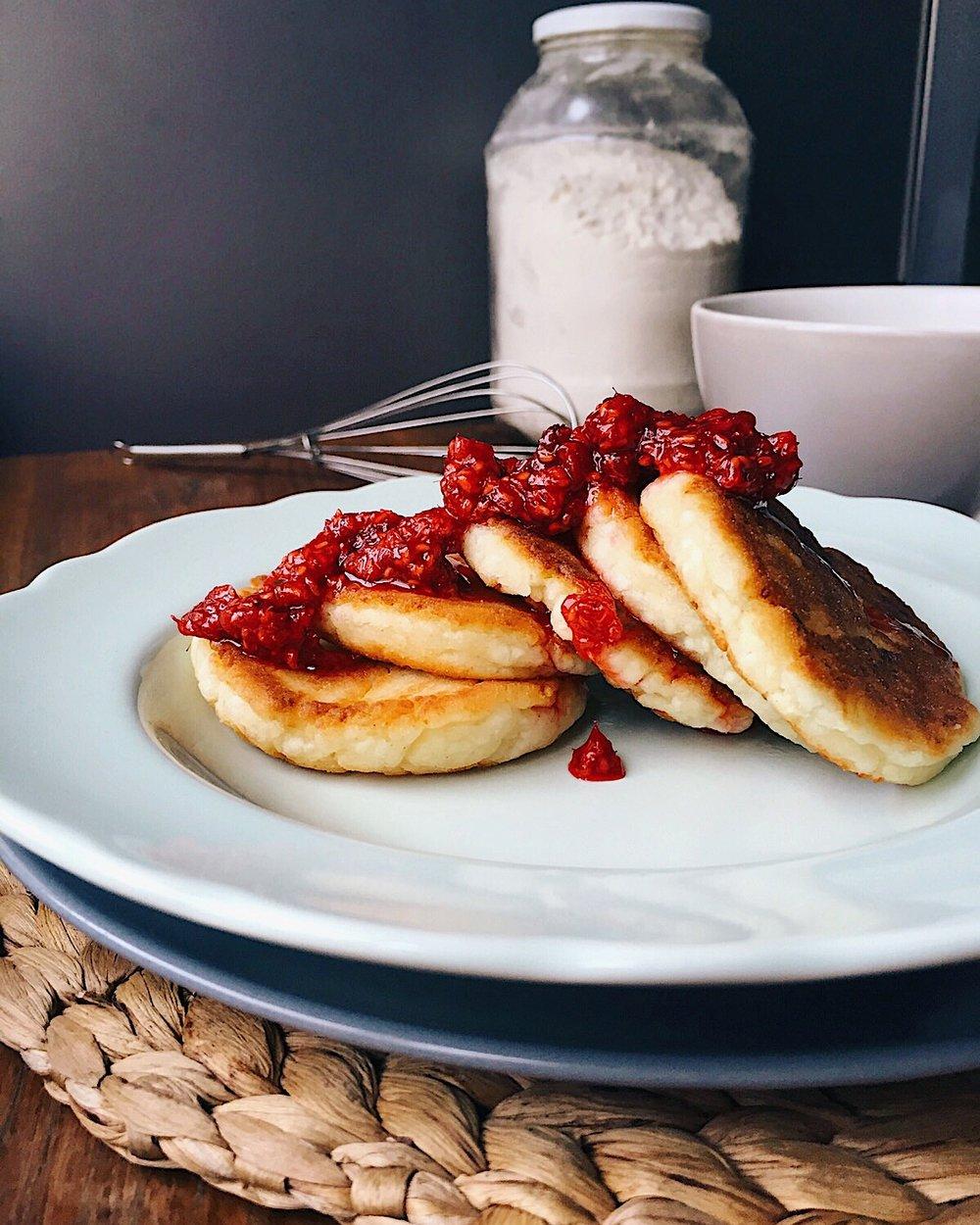 visgardākie biezpiena plācenīši saulainām brokastīm - iedomājies - no rīta ievelties virtuvē, vārīt ūdeni kafijai, bet pēc nepilnām 20 minūtēm iznākt no tās ārā laimīgam, kafiju padzērušam un labi paēdušam. vai nav skaisti? te ir recepte, lai pagatavotu burvīgus biezpiena plācenīšus, bet par kafiju gan būs jāparūpējas pašiem. lai mums visiem daudz skaistu rītu!