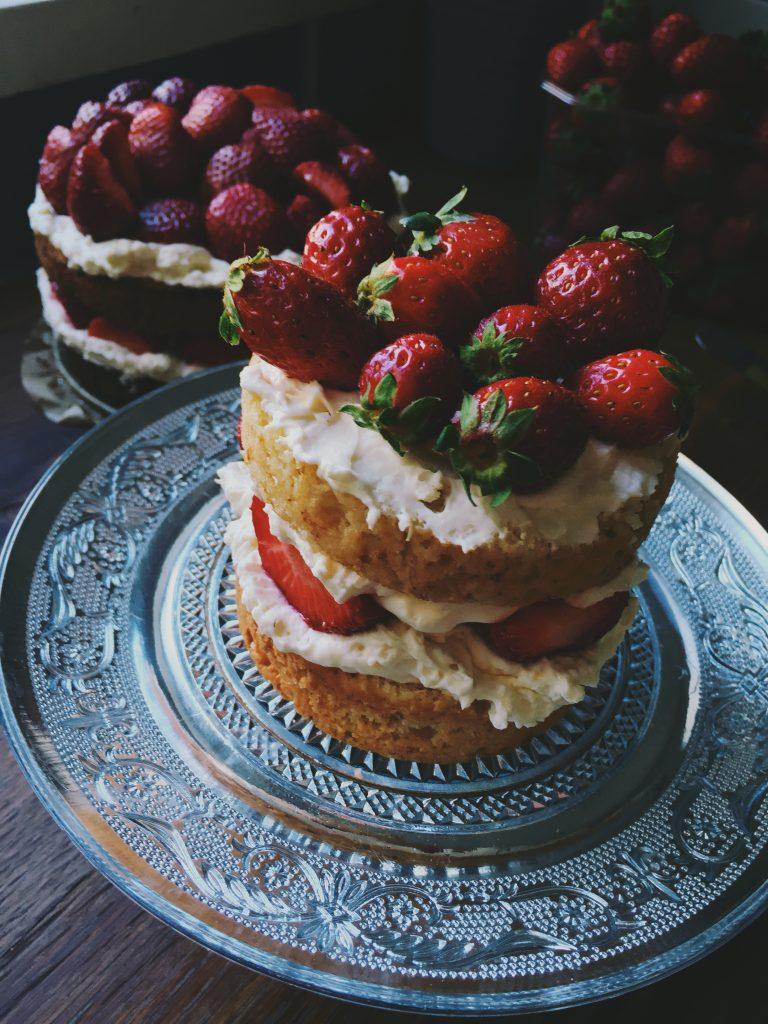 ātrā zemeņu kūka vasaras sezonai - ja tu proti cept kūkas - ar tām ir jādalās, tāpēc šoreiz kūku gatavoju nevis vienu lielu, bet divas mazākas - lai paēduši gan kolēģi, gan mājinieki.šī būs pavisam vienkārša, visīstākā vasaras zemeņu sezonas kūka - biezs un blīvs cepumveidīgs biskvīts, supergards mascarpone krēms un zemenes, zemenes, zemenes..