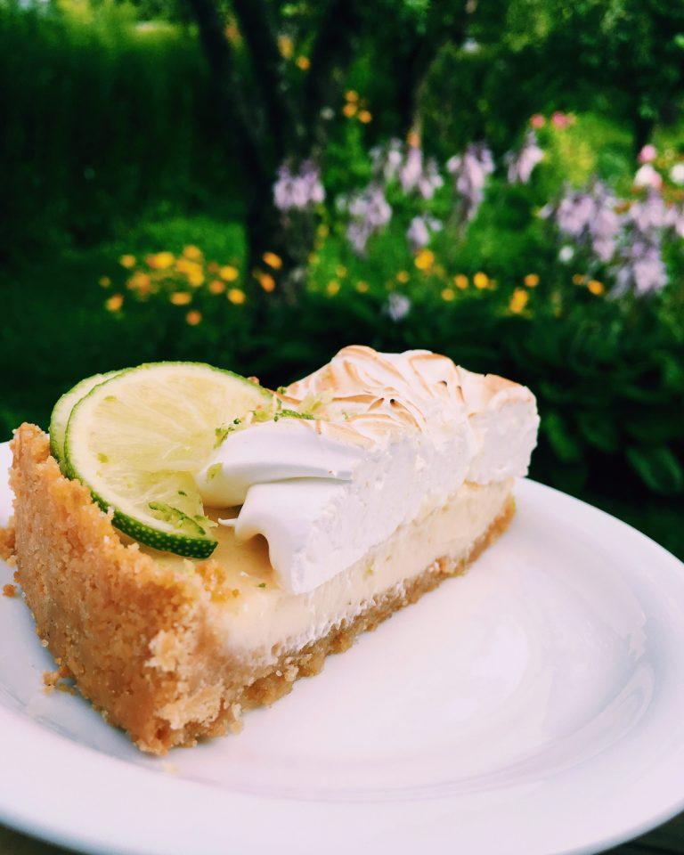 dievīgi saldskābā laima kūka - jā, pretpoli pievelkas, to visi ļoti labi zina. salda kūkas pamatne, svaigiskābs kūkas pildījums un spridzīgi salds bezē virs visa tā. lēkāsim zaļā pļavā un ēdīsim laima kūkas pilnām mutēm!