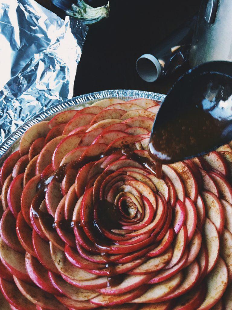 vienkāršais ābolpīrāgs, kas pa spēkam katram - ar šo ābolpīrāgu kopā ietu līdz pasaules malai un atpakaļ.apakšā kārtaina sviesta mīkla, augšpusē kanēļainas ābolšķēlītes un pāri tām.. karameļu-ābolu mērce. tas viss pagatavojams vismaz 3 reizes vienkāršāk, nekā izskatās, tāpēc aši ķeramies klāt.