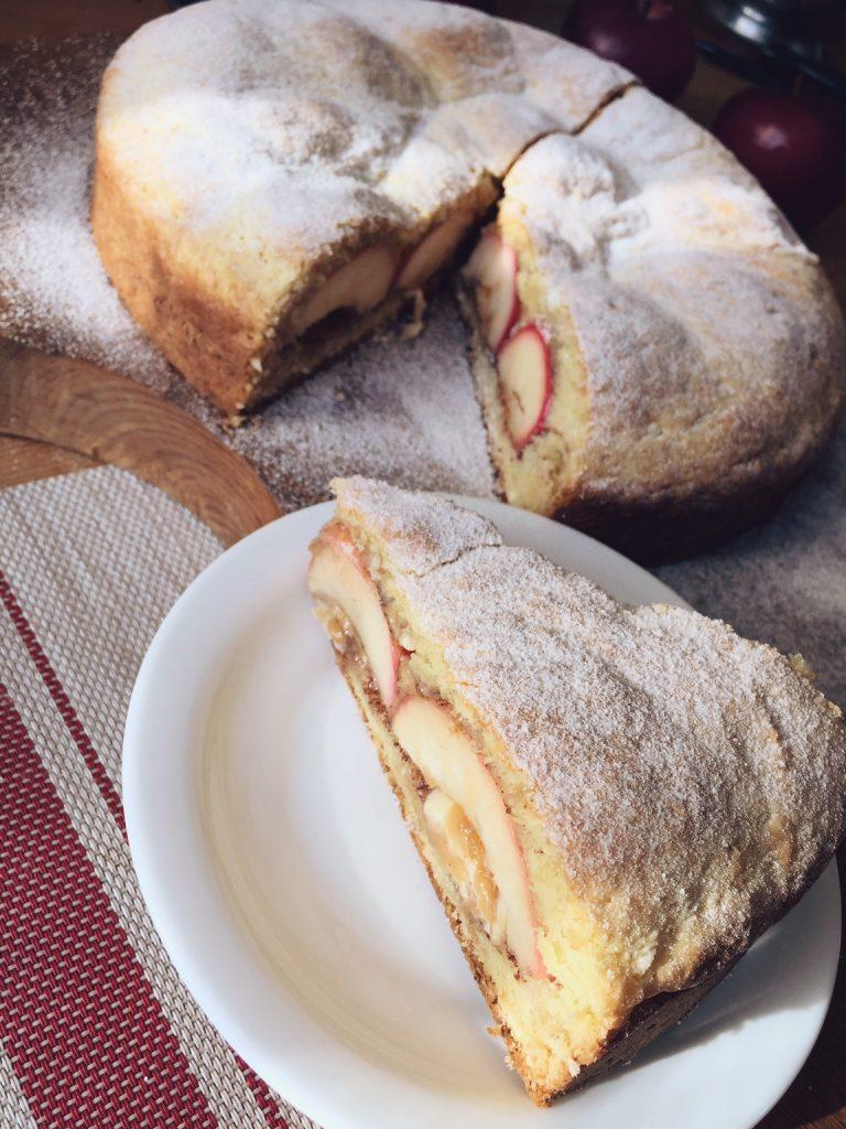 biezpiena-ābolu pīrāgs ar karameli - šo recepti es noteikti atkārtošu. vairākas reizes. un ne tikai rudenī - arī ziemā, pavasarī un vasarā! ābolu pusītes, pildītas ar karameli un iekš biezpiena mīklas! neticami vienkārši un ātri pagatavojams saldais ēdiens.