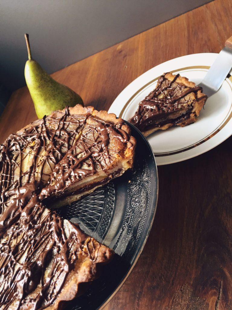 citādā bumbieru tarte - akmens, šķēres, papīrīt's - cepums, šokolāde, bumbieris! te, lūk, veselas 4 kārtas - cepums, šokolāde, bumbieri un saldais krējums. ļoti karaliski - citādā bumbieru tarte.