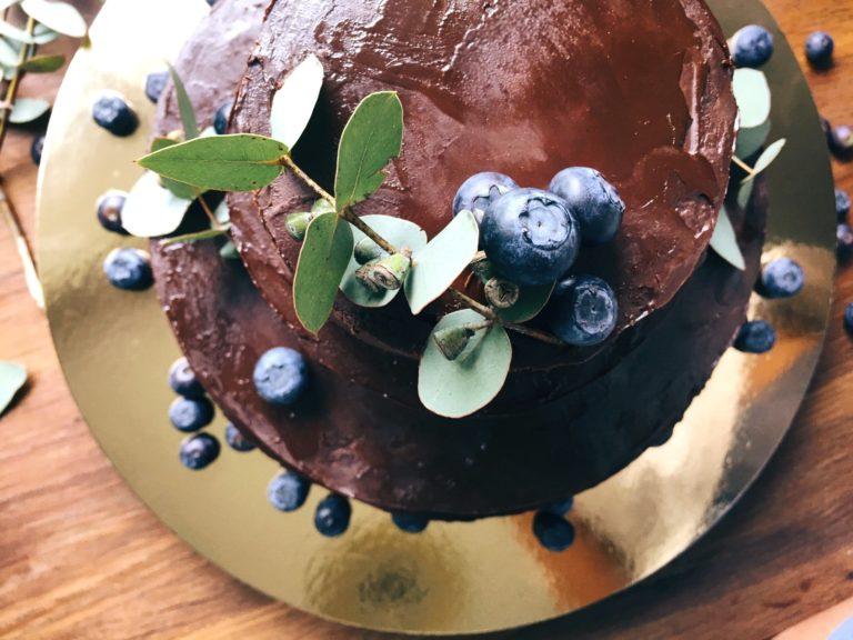 vienkāršā šokolādes siera kūka - šokolāde augšā, vidū, apakšā. uztraukumam nav pamata - nebūs par saldu arī tiem, kuri ar cukurotajiem našķiem ir uz 'Jūs', un pa spēkam pagatavot katram.