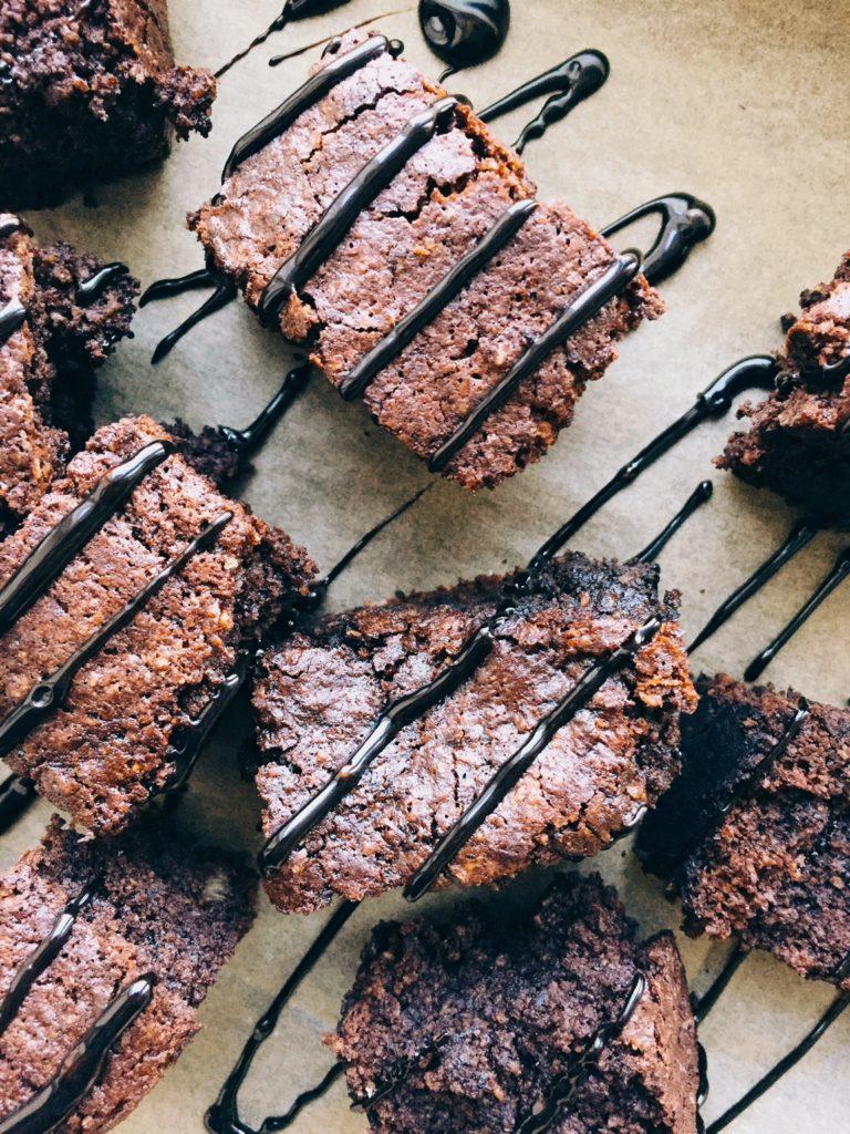 auzu pārslu un banānu šokolādes kūka - vienkāršs, pilnīgs un garšīgs našķis. ierasto kviešu miltu daļu šajā receptē aizvieto samaltas pilngraudu auzu pārslas, tāpēc tiem, kuriem ar vairumu glutēnu saturošiem produktiem nav pa ceļam, šis būs diezgan draudzīgs gardums.