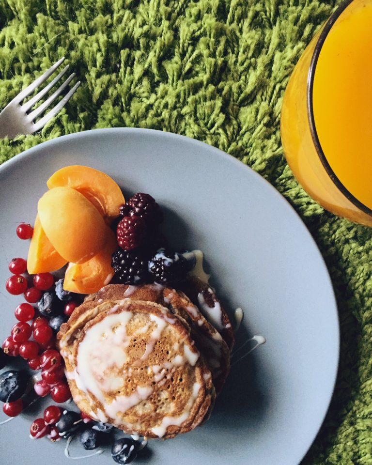 pankūkas ar auzu pārslām - labrīt! tiem, kuru brokastis vēl nav gatavas, šeit ideja pankūkām - šoreiz ar auzu pārslām.
