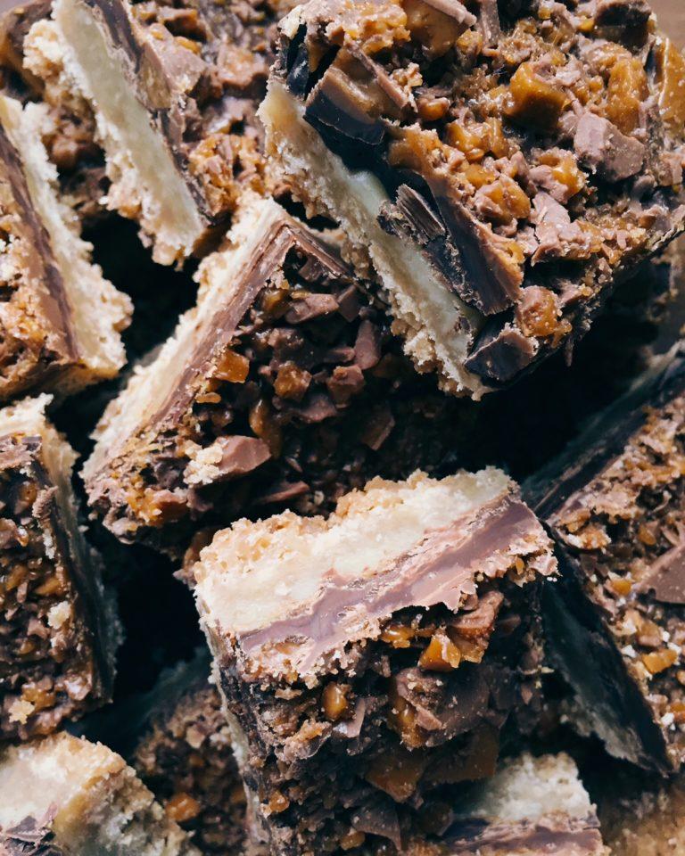 karameļu un šokolādes našķis - sviesta cepuma kārta - karamele - šokolāde - kraukšķis. tā ir kombinācija, ar kuru grūti nošaut greizi.