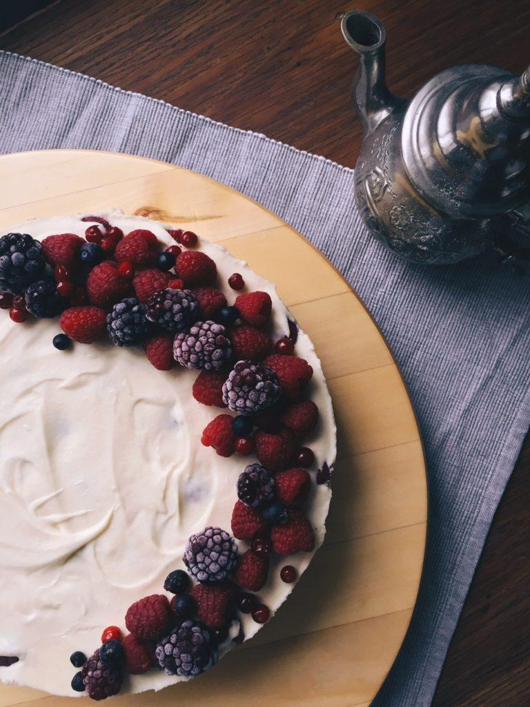 baltās šokolādes siera kūka ar avenēm (bez cepšanas) - es esmu gandrīz pilnīgi pārliecināta, ka Normunds Rutkis dziedot