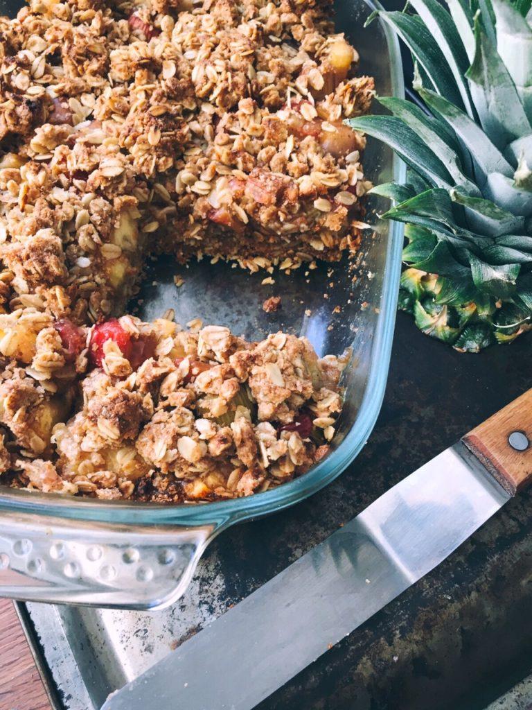 eksotiskā rbarberu drupačkūka ar ananasiem - kad apnikušas klasiskās rabarberu plātsmaizes, ierosinu mūsu pašu sulīgos rabarberus papildināt ar ananasiem un kraukšķīgām auzu pārslu drupačām. rabarberu sezona turpinās, un idejas to pielietojumam neapsīkst.