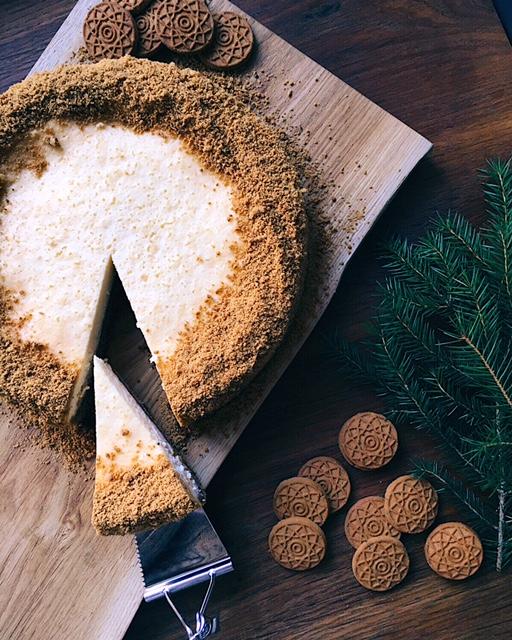 siera kūka ar piparkūku pamatni un mandarīnu pildījumu - jau labu laiku zināju, ka šajos Ziemassvētkos savu mīļāko siera kūkas recepti gribu pārtaisīt svētku noskaņās. sanāca ļoti labi, tāpēc dalos ar Jums – ir gan piparkūkas, mandarīni, gan patīkama svētku noskaņa ar to visu kopā.