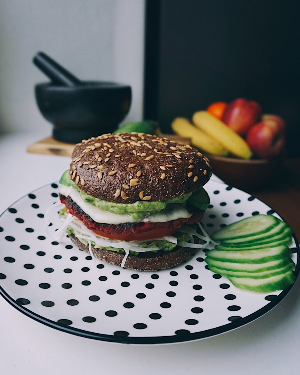 kraukšķīgais biešu burgeris ar avokado mērci - vienkāršs un ļoti gards veģetārs burgeris, kas priecēs ne tikai ar savu garšu,bet arī kraukšķīgumu un acij tīkamām krāsām.
