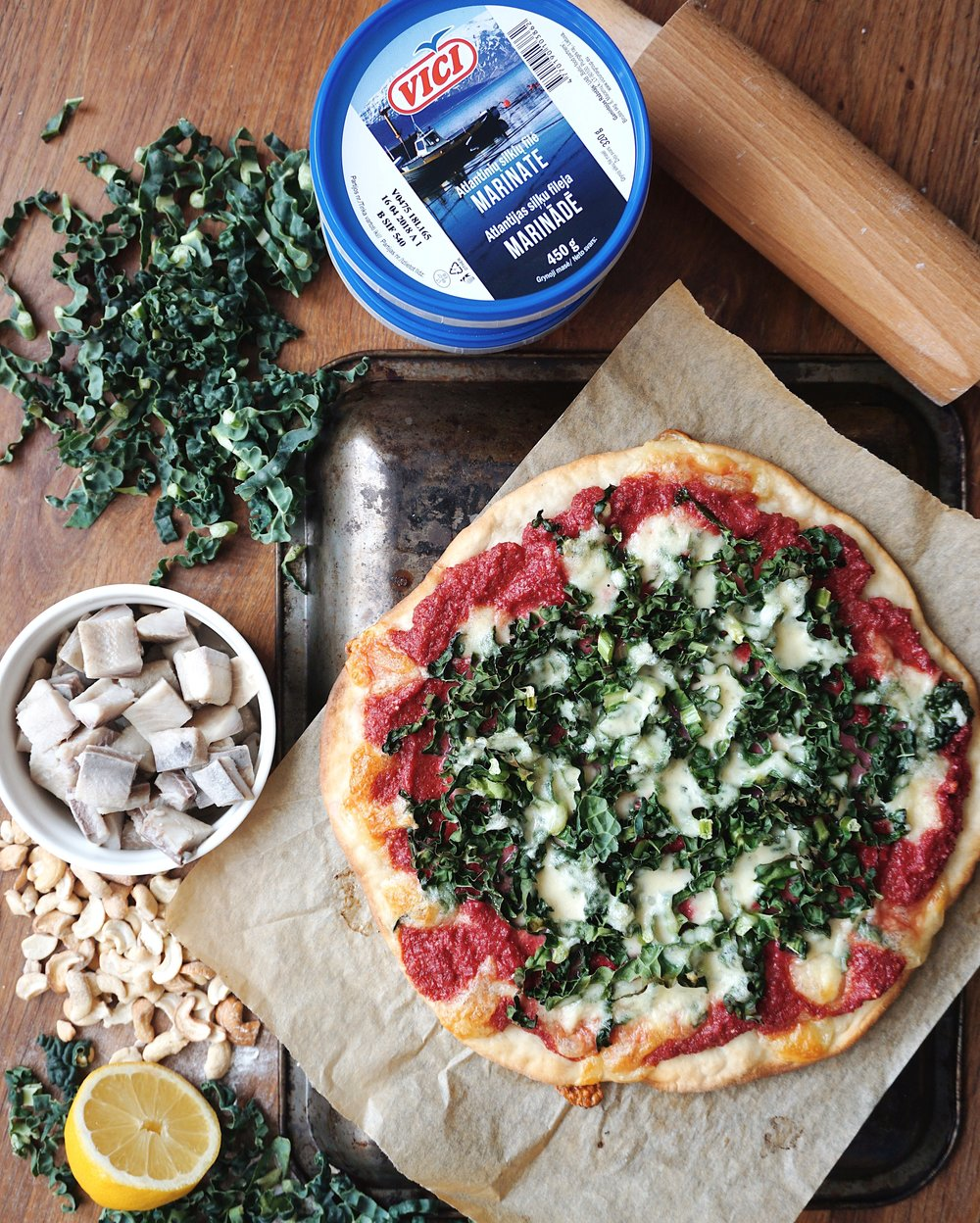 pavasara pica ar lapu kāpostu un siļķi - visiem tiem, kuriem kārtīga pica nav iedomājama bez bekona un kečupa,šis būs izcils atklājums. svaiga, zaļa, ar zivi un biešu pesto - pica kā radīta pavasara sagaidīšanai!