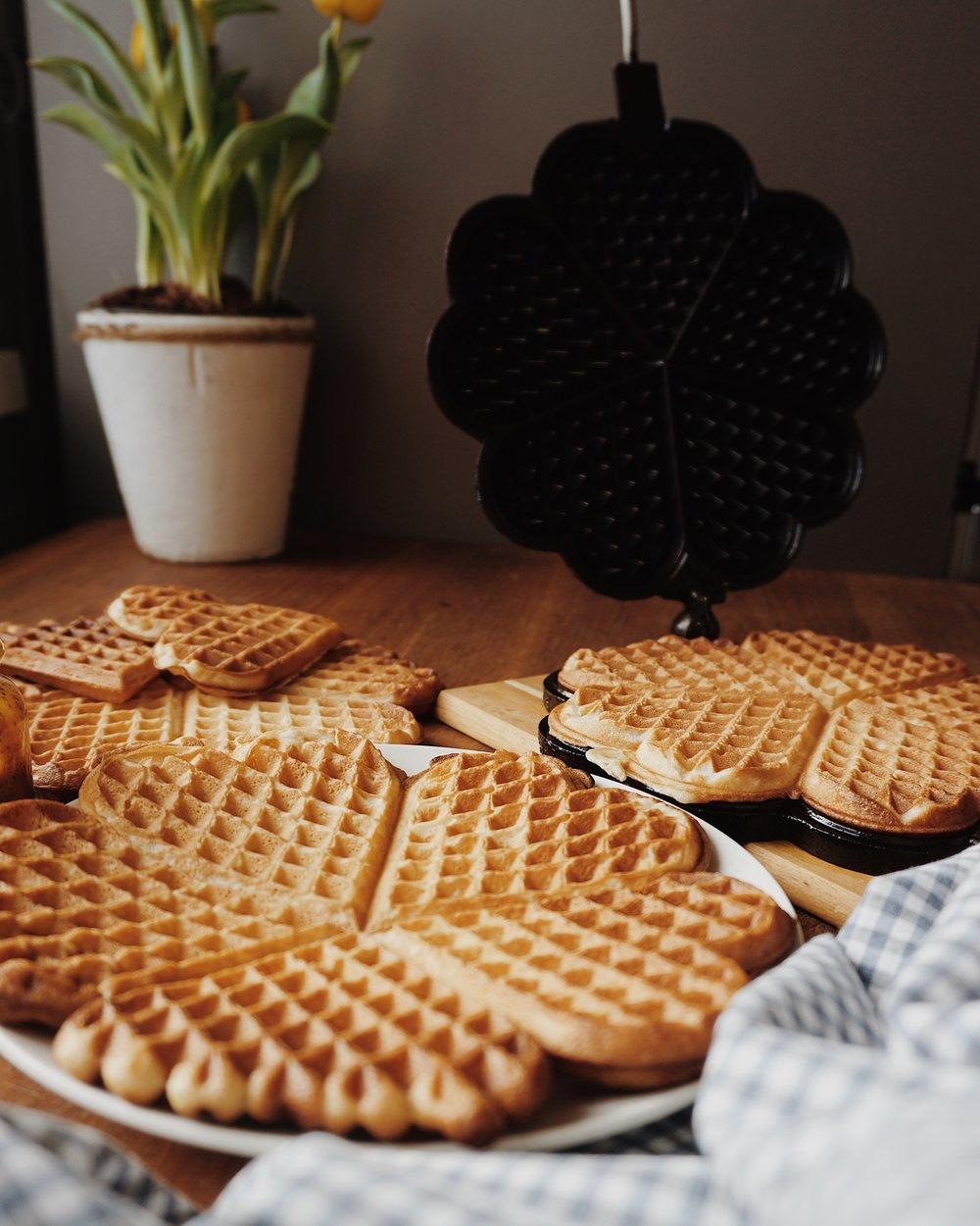 mūsu brokastu vafeles - zinu, zinu, solīju, solīju, te arī pasniedzu - siltas, mīkstas, bet ārpusē kraukšķīgas biezās brokastu vafeles. labrīt, labdien, labvakar, garšo burvīgi visos laikos un visās mājās.