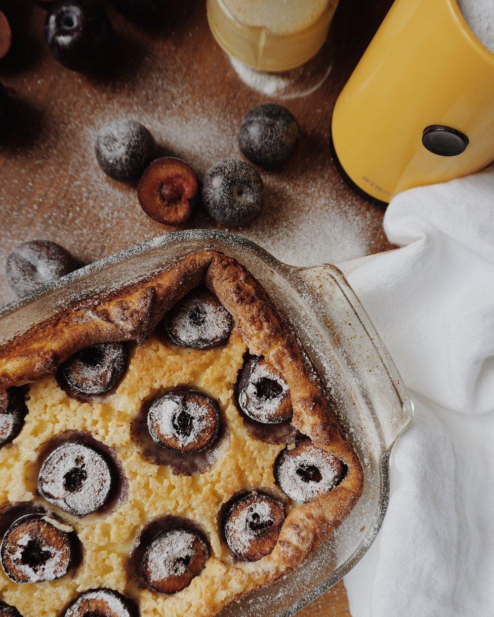 vienkāršā plūmju kūka - kaut kas starp plātsmaizi un crème brûlée.kā tas iespējams? jā, tā var. krēmīgs deserts par godu lēni plaukstošajam pavasarim -plūmju kūka.