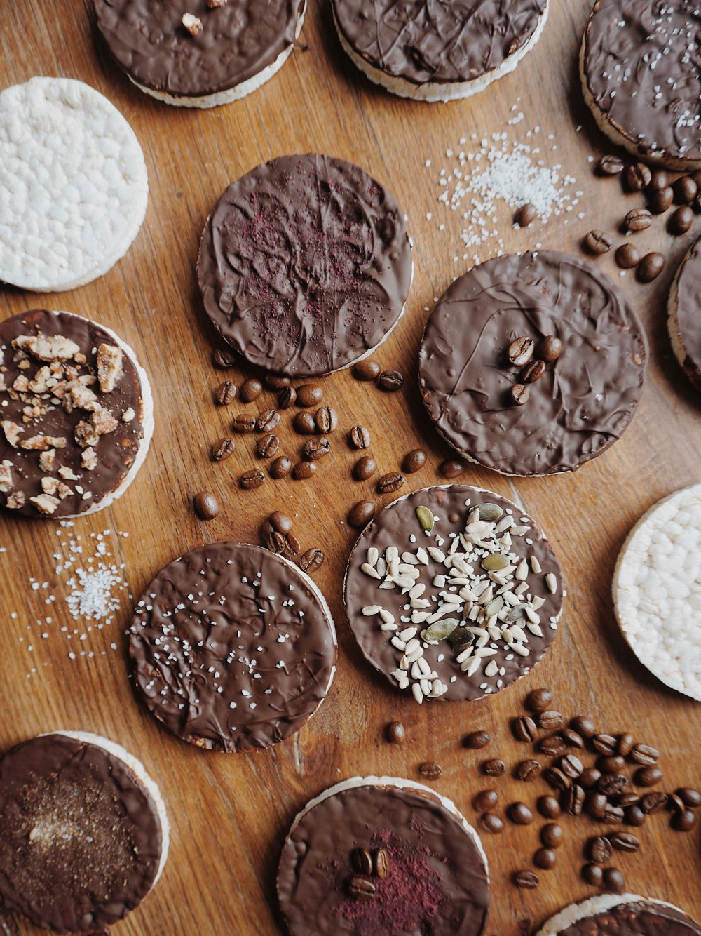 ģeniāli vienkāršais našķis - galetes šokolādē - man šis jums noteikti jāizstāsta. jau labu laiku par savu īstāko našķi esmu atzinusi rīsu galetes šokolādē. tas ir pilnīgi manā gaumē - kraukšķ, šokolāde, garšīgi. lūk, vienā dienā sēdēju pie galda un sapratu, ka vispār neesmu iedomājusies, ka tās varu uzgatavot pati. ņemot vērā, ka gan klasiskās galetes, gan šokolāde mūsmājās vienmēr krājumos ir biezā slānī, ilgi negaidīju un visu izdarīju tieši piecminūtē.