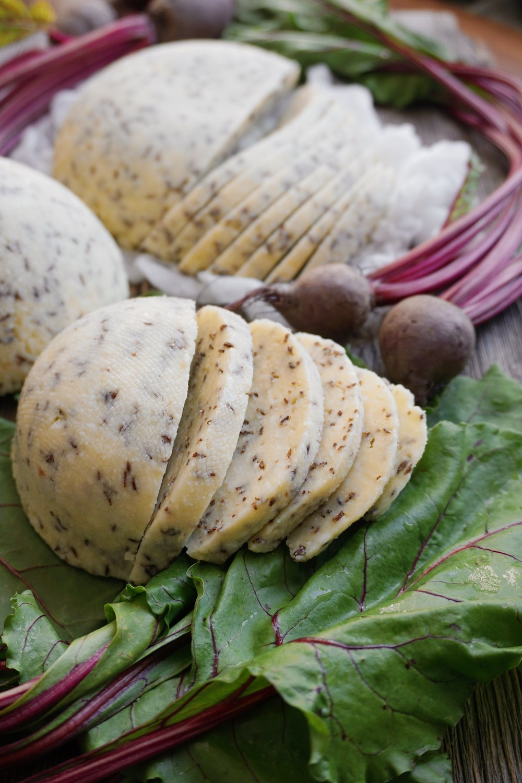 vienkāršais Jāņu siers - ķimeņu sieru noteikti var gatavot visos gadalaikos, taču mūsu platuma grādos to visstilīgāk ir taisīt uz Jāņiem, protams. piedāvāju ļoti vienkāršu siera recepti ar iespēju to papildināt pēc saviem ieskatiem. gatavojamies laicīgi, un lai mums visiem garšīgi svētki.