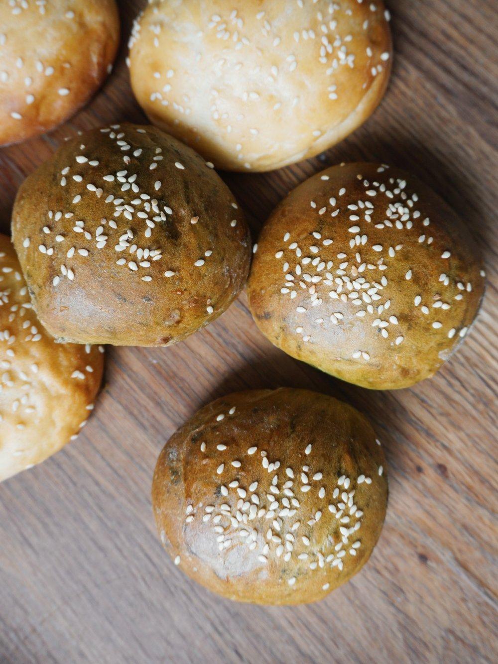 mājās gatavotas burgeru maizītes - kad no rīta slinkums doties uz veikalu pēc maizes, tā jācep pašiem. šoreiz burgermaizītes - mīkstas, gaisīgas, svaigas un gardas.