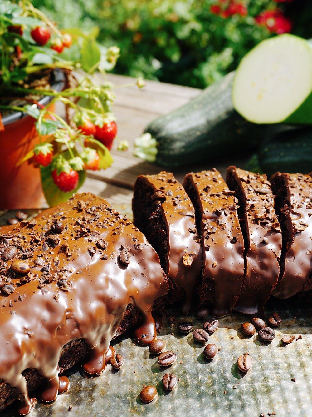 """kabaču un šokolādes kēkss - sestdienas rīta agrumā dārzā nomedīju tādu truša izmēra kabaci.te ir kabača un šokolādes kēkss, kuru garšojot nejūt ne pašu kabaci, ne to """"vai šis kēkss ir sauss?"""" klātbūtni.protams, ar tumšo šokolādi kā iekšā, tā ārā šis ir pārākais gardums."""