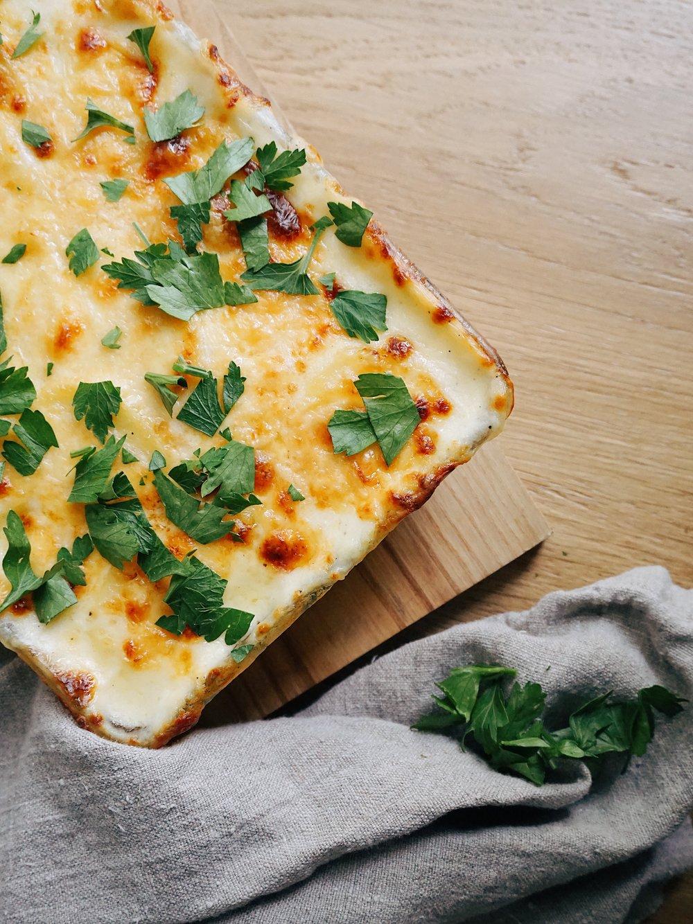 pasaulē sierīgākais kartupeļu sacepums - vienā dienā izdomāju, ka gribu pagatavot tādu kartupeļu sacepumu, kas būtu bezgalīgi sierīgs. par šitādām tēmām ilgi nevaru domāt, jo uzreiz jāķeras pie lietas. lūk, tā man sanāca.
