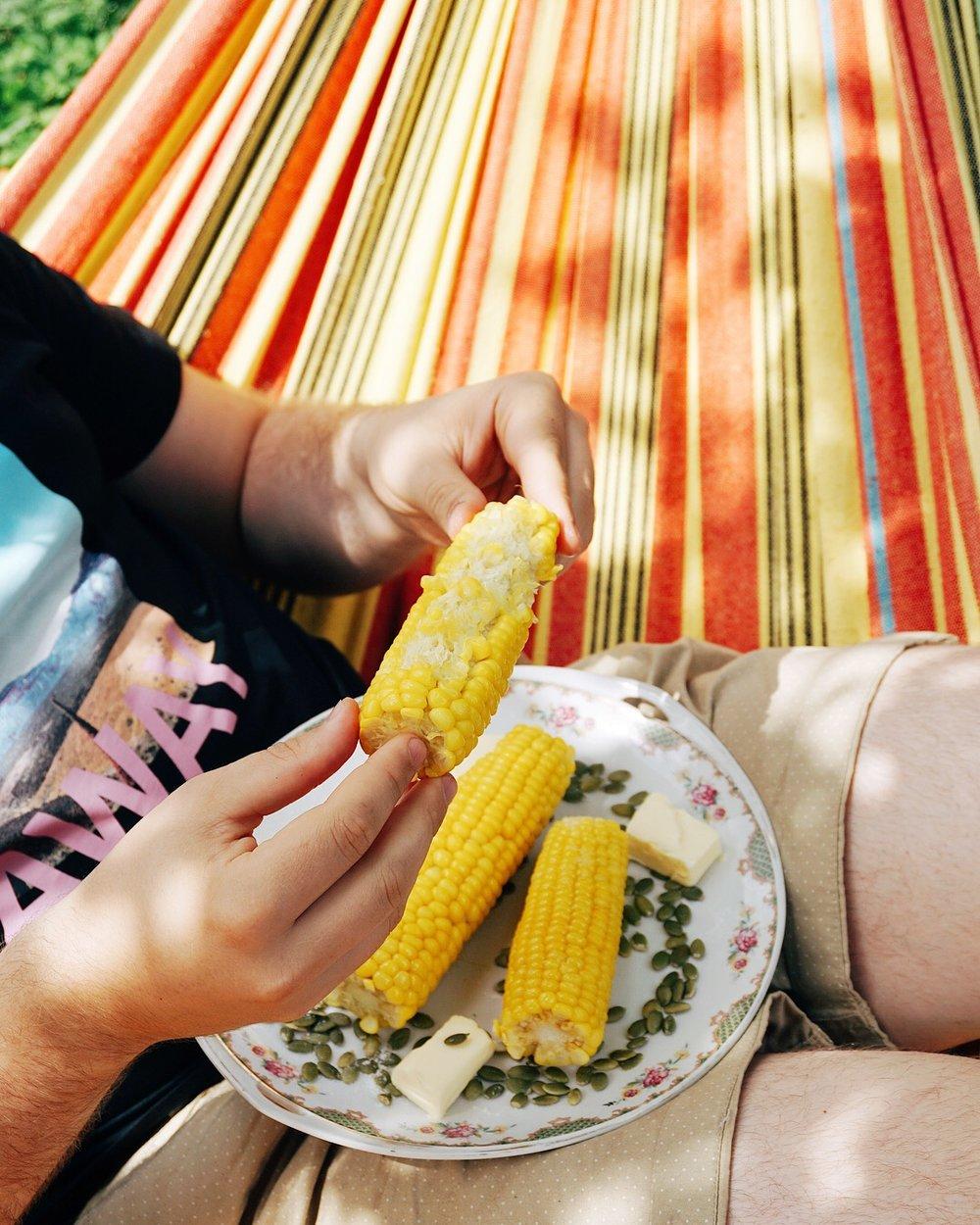 kukurūzas vālītes ar sviestu - tavas acis tik zaļas kā kukurūza, tavas plaukstas tik mazas kā kukurūza, tik stingrās formās kā Kārlim Krūzam, ap tavu māju aug kukurūza 🌽 kā pagatavot kukurūzas vālītes? pavisam vienkārši!