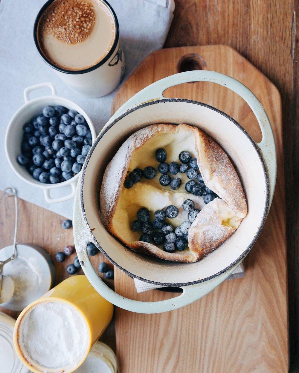 dutch baby pankūka slinkām brokastīm - kad absolūti negribas gatavot kaudzi ar plānajām pankūkām, tad jāgatavo viena uz viesiem - jā, tā ir dutch baby pankūka.