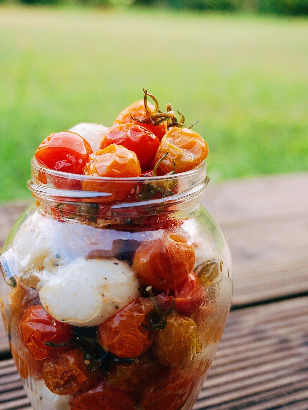 lēni gatavoti mazie tomātiņi uzkodām - ko darīt ar 493628 siltumnīcā izaudzētajiem ķirštomātiņiem? ar ko cienāt draugus, kuri ieradušies viesos? es saku, ka ar šito.