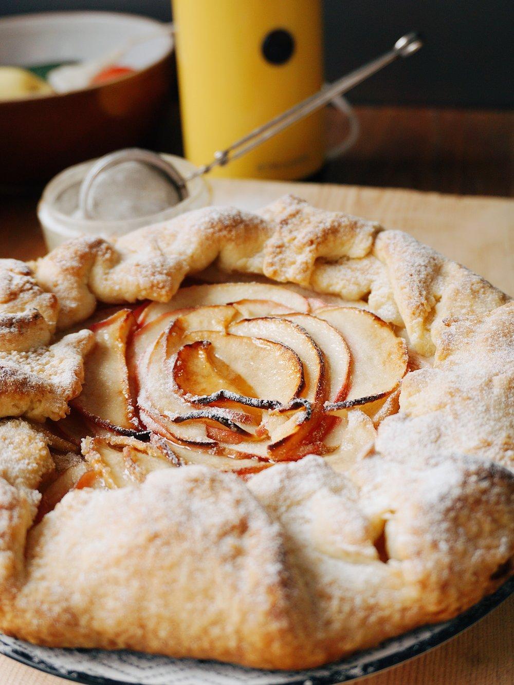 vienkāršais ābolu pīrāgs - aicinu jau laicīgi ieregulēt cepeškrāsnis 200°C karstumā, jo ledusskapī un pieliekamajā noteikti atradīsies visas sastāvdaļas vienam pavisam vienkāršam ābolu pīrāgam 🍎 apakša un maliņas tam būs drupenas, un no pagatavošanas instrukcijas soļu skaita nebaidieties - es tik tā izpletos, lai līdz sīkumiņam viss izdodas 🙂👇🏻