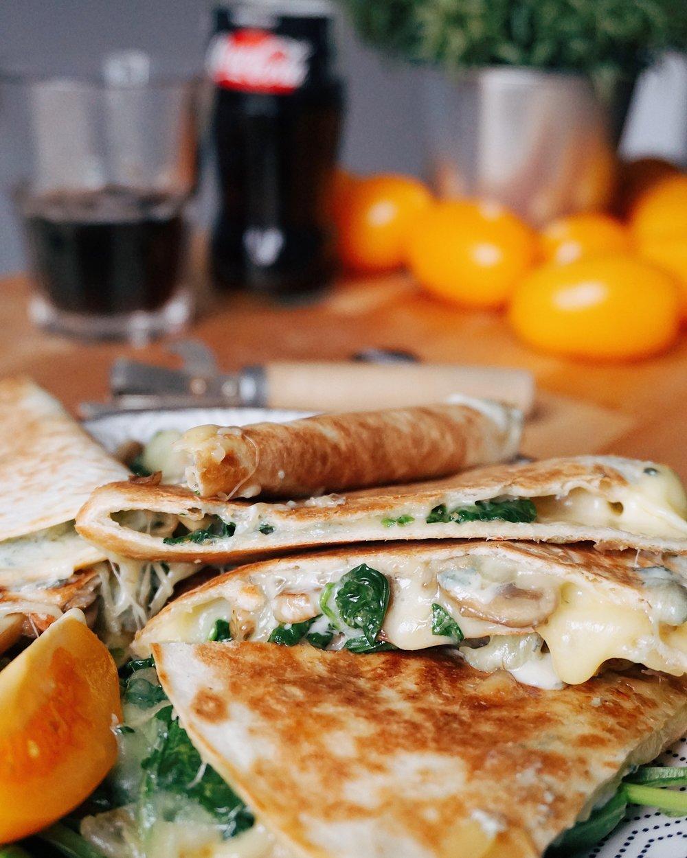 spinātu un sēņu kesadiljas - lai tik līst rudenīgs lietus, mēs ēdīsim spinātu un sēņu kesadiljas un staipīsim garumā izkusušo sieru 🧀🤤