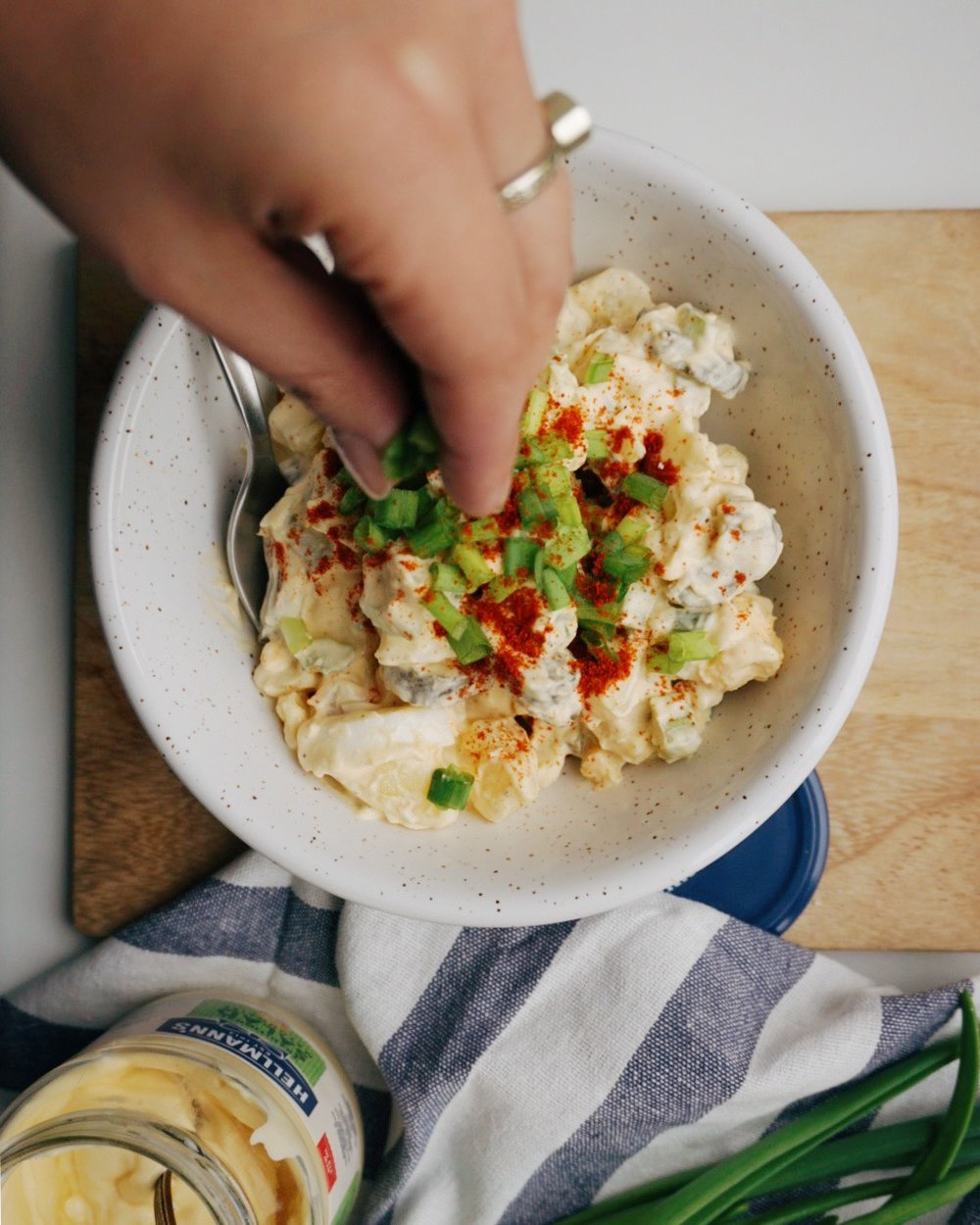 mūsu kartupeļu salāti - lai dzīvo kartupeļi pirms un arī pēc simtgades svinībām! pazīstu dažus, kuri kārtīgu kartupeļu salātu dēļ varētu šķērsot tuksnesi vai pārpeldēt Usmas ezeru noteikti. šos var pasniegt kā modīgākajās viesībās, tā arī pavisam sagurušos un slinkos vakaros mājās. laba mērce, riktīgas sastāvdaļu proporcijas un vienaldzīgo nebūs 🎉