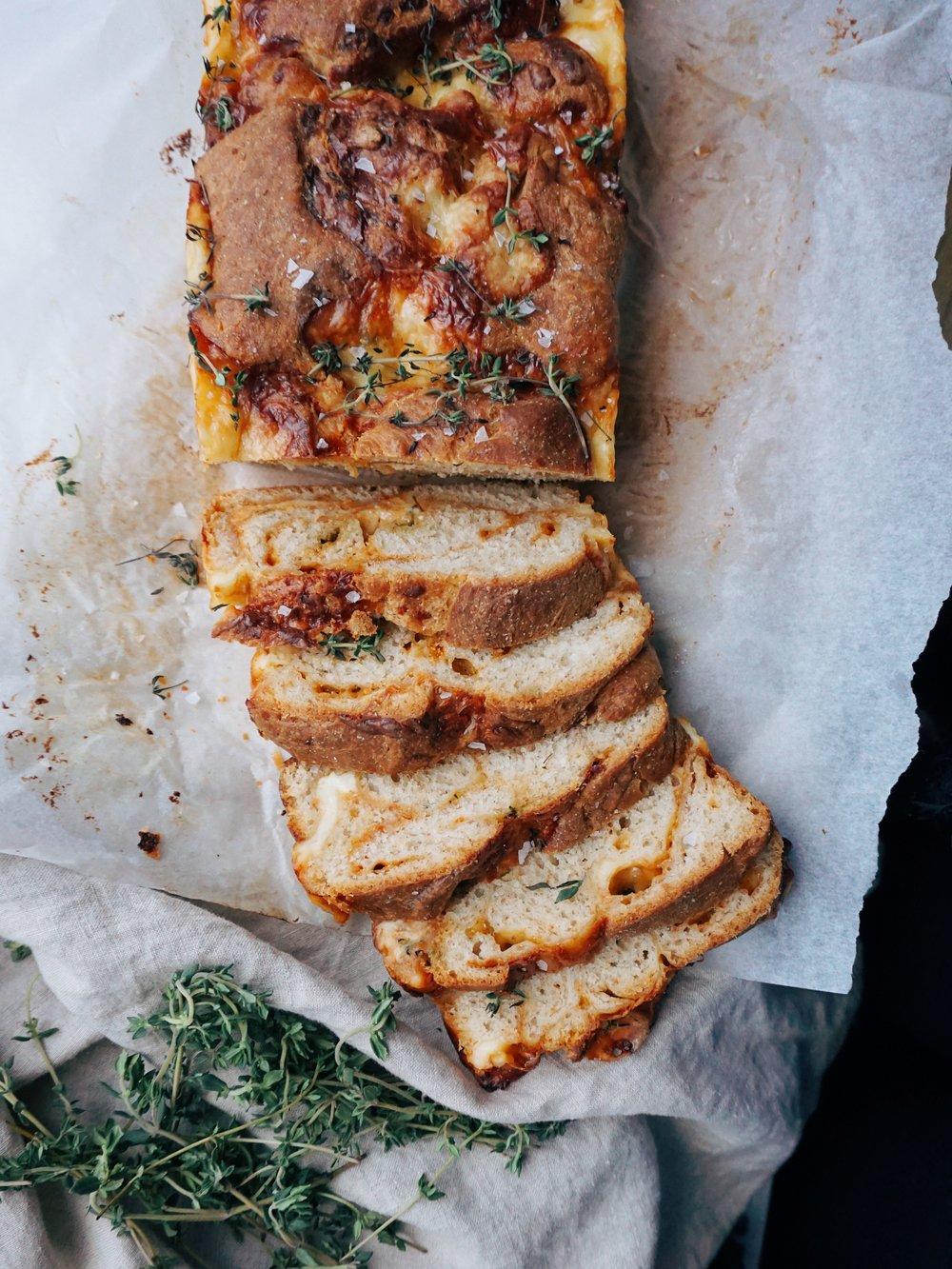 siera maize ar timiānu - kad mājās izveidojušies tādi palielāki siera krājumi un zini, ka parastas siermaizītes līdz galam nepalīdzēs tos likvidēt, tad jācep īsta siera maize. jā, jā, jā, šo siera maizi var ēst gan ar humusu, šķiņķi, salātlapām vai papildinot ar vēl kādu siera šķēli, gan pasniegt kā izcilu papildinājumu uzkodu platē.