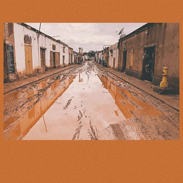 went to the driest desert in the world to be met by...record breaking rains and flooding🤯. we even got evacuated from our hotel one night! everything was ok thankfully, but overrun rivers had flooded other homes/hotels. the small downtown buildings and roads are made of this clay/mud material and all the water gave an interesting mascara crying (but clay) effect on the face of the buildings. on the bright side, it was a forced time to chill and rest, do my taxes (ugh) and I got into a daily routine of feeding our hotel llamas. they love crispy pea pods that fall off the trees in the area and everywhere I went I would look for llama snacks (like pick them off the streets and carry it home) 🤗🦙