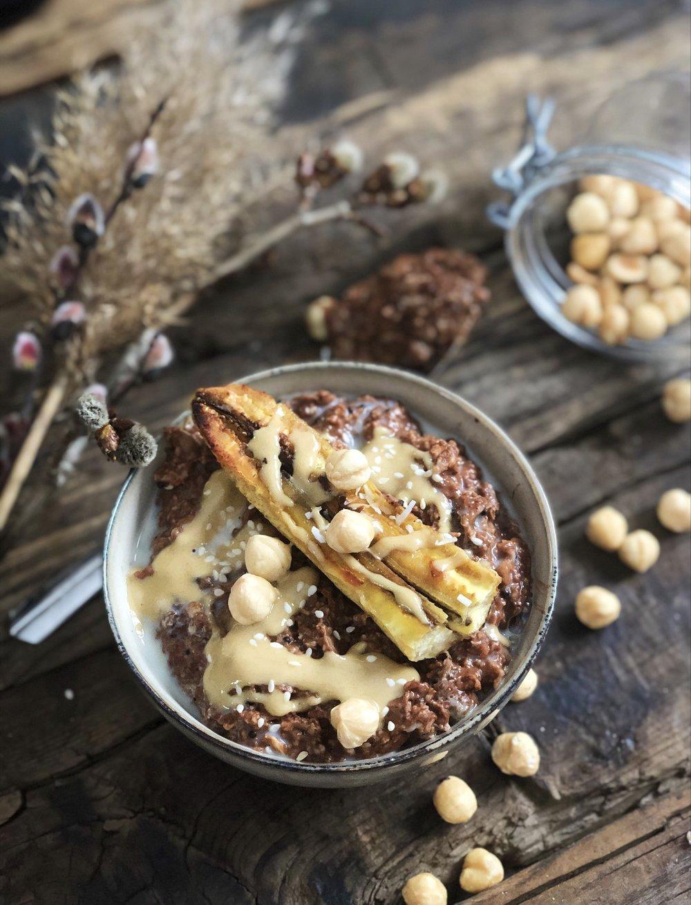 Chokladgröt med stekt banan och tahinisirap -